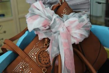 スカーフを巻いたバッグ